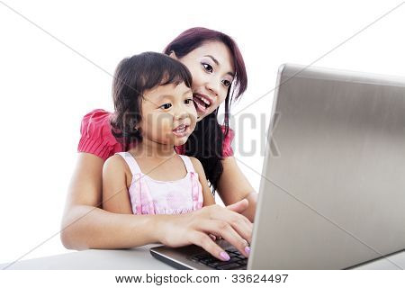 Madre e hija usando Laptop