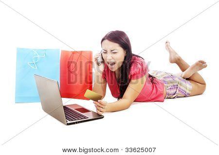 Mujer furiosa, compras en línea
