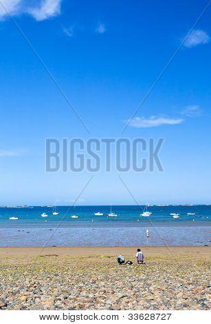 Praia de seixos do mar da Bretanha, França