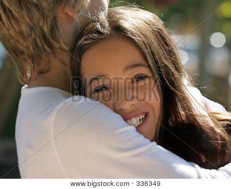 Madre abrazando a su hija feliz