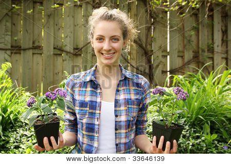 Adolescente con flores en las manos