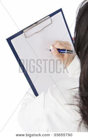 Detrás y por encima de la vista de una mujer con mapa caso escrito