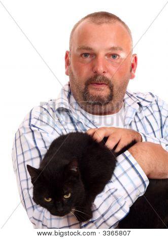 Man hält die schwarze Katze