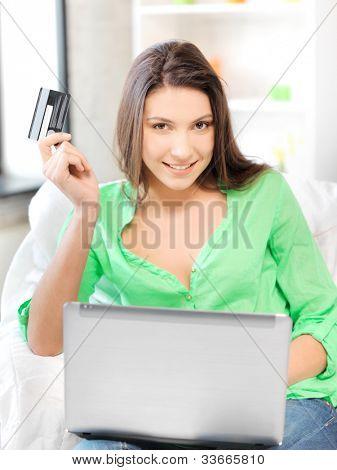 Bild von happy Woman with Laptopcomputer und Kreditkarte