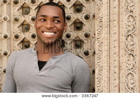 Lächelnd Afroamerikaner junger Mann