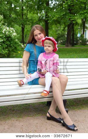 Madre y su hija relajante en el jardín
