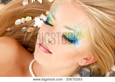 Sirena de chica adolescente hermoso maquillaje