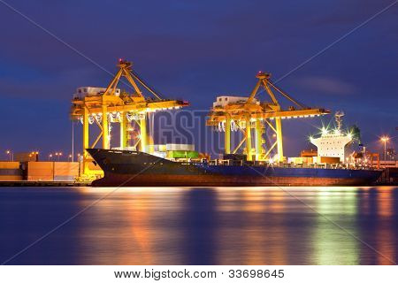 Transporte de carga de contenedores de la nave con puente grúa en Astillero de trabajo al anochecer para logística de importación de Expor
