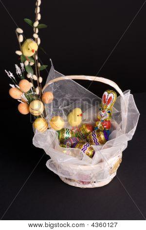 Canasta de Pascua con pollo y conejo