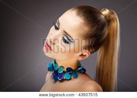 Allure. Perfil de Mulher Sensual com vidro verde - azuis de jóias. Relaxar