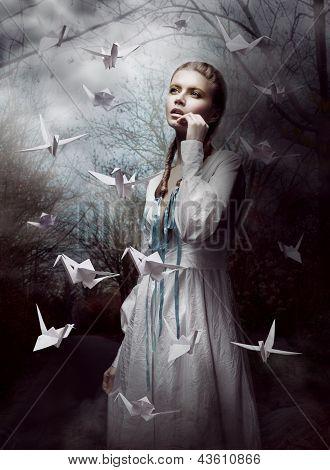 Nacht. Frau im geheimnisvollen Wald starten Büttenpapier Krane. Origami