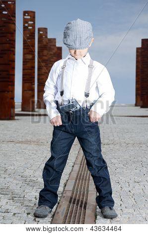 chico serio con la pistola