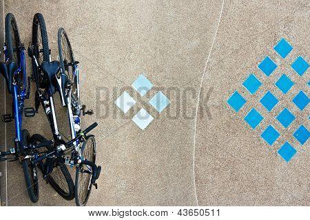 Vogelperspektive von Fahrrädern geparkt