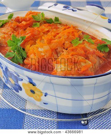 Repolho recheado, ensopado em molho de tomate
