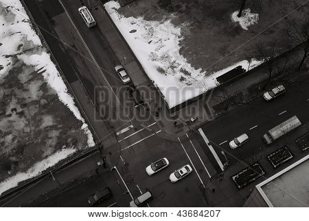 CARS DRIVING ON THE STREET IN DOWNTOWN CHICAGO (UNITED STATES OF AMERICA)