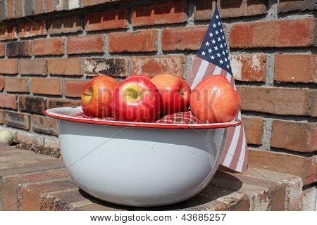 Emailwaren Topf mit knackig rote Äpfel
