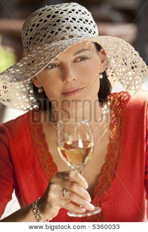 Bela mulher bebendo vinho
