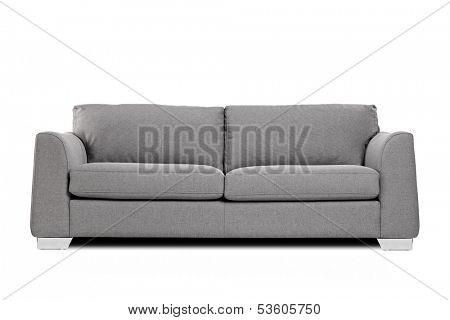 Foto de estúdio de um sofá moderno cinza isolado no fundo branco