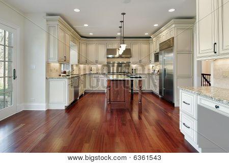 Cocina con piso de madera de cerezo