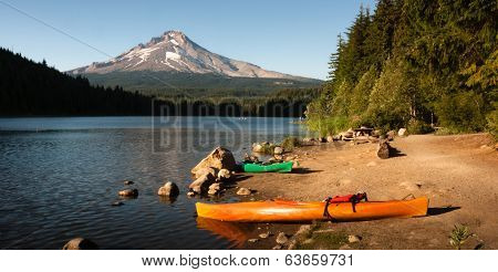 Orange Green Kayaks Shoreline Trillium Lake Mt. Hood Orgon Cascades