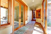 pic of niche  - Long entrance hallway with glass doors - JPG