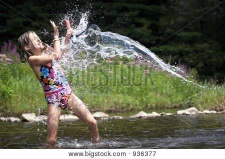 Splash! Ein junges Mädchen Ruft mit Wasser getränkt.