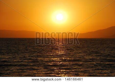 İznik gölünde güneşin batışı göl yansımaları yaz mevsimi