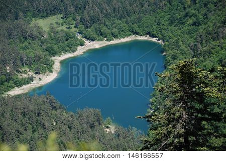 Çokme sonucu oluşmuş bir doğal göl tepeden görüntü harıka