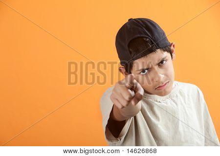 Adolescente aponta o dedo
