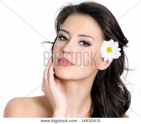 Porträt Frau mit Blume im Haar