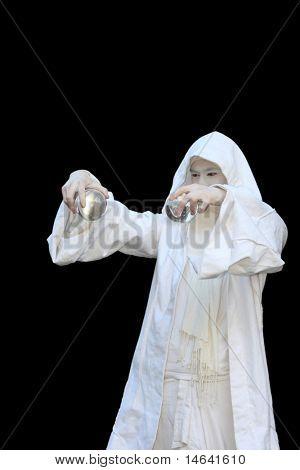 Assistente de branco, manipulação de bolas de cristal isoladas no fundo preto