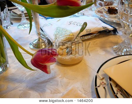 Elaborar Matzot cubierta & de hierbas amargas en el Seder de Pascua tradicional posición de la tabla