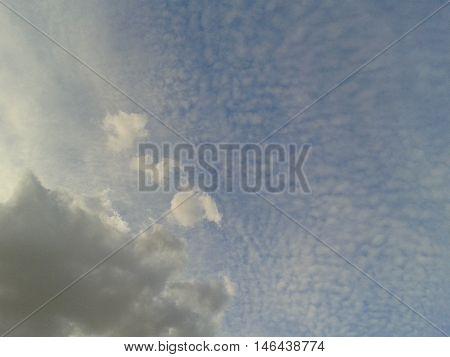 lindo céu com reflexo e escamas que parecem de peixe