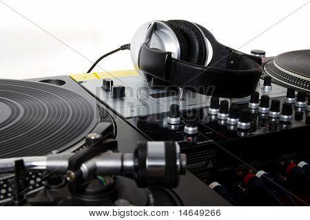 Auriculares, mezclador y tocadiscos