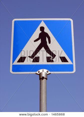 Advirtiendo a la gente caminando