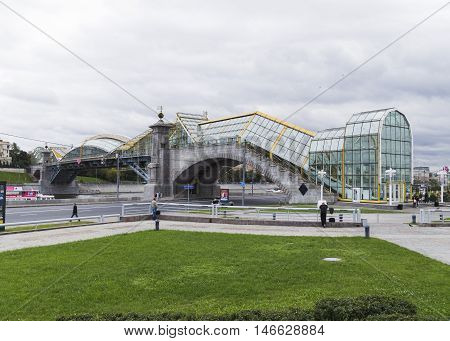 The steel arch foot bridge across the Moscow River in Moscow. Connects Berezhkovskaya and Rostov embankments near the Kiev railway station. Moscow Russia september04. 2016