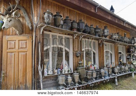 A large number of antique samovars and other vintage things on the shelves