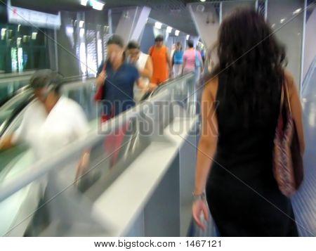 Passageiros em uma estação de trem. Efeito de desfoque de movimento.