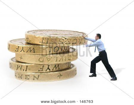 Hombre de negocios empujando monedas - energía