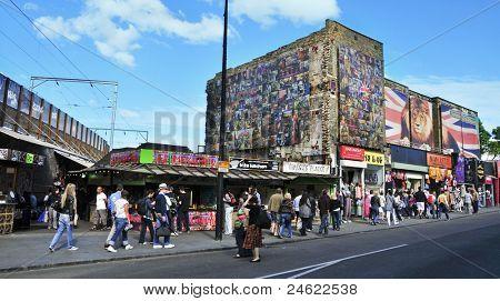 Londres - el 8 de mayo: Tiendas en la calle de Camden a 08 de mayo de 2011 en Londres, Inglaterra. Mercado de Camden y calles