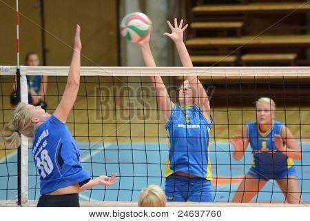 KAPOSVAR, Hungría - 2 de octubre: Zsanett Pinter (2) en acción a un Húngaro NB I. Liga voleibol g
