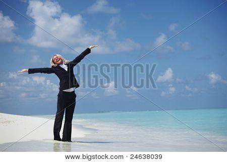 mulher de negócios feliz na costa deserta do Oceano