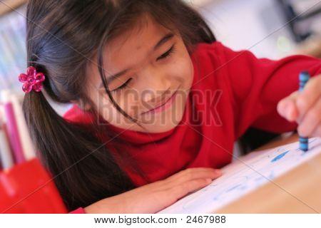 Happy sechs Jahre altes Mädchen Zeichnung.