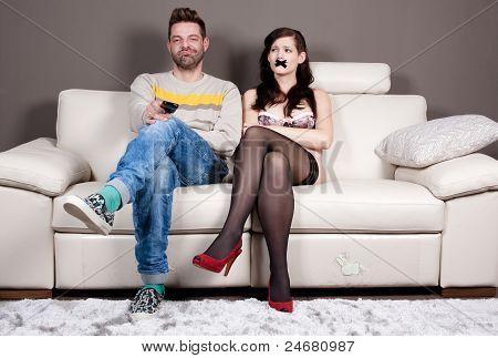 Consegui, finalmente, feche-a! Jovem mulher com gravado boca sentado ao lado dela namorado/marido