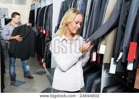Junges paar Wahl Geschäft zu entsprechen, während Kleidung einkaufen bei Vertrieb store