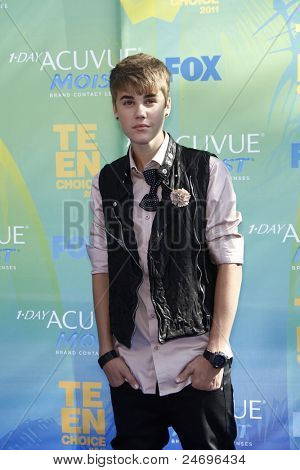 LOS ANGELES - 7 de agosto: Justin Bieber chega a 2011 Teen Choice Awards, realizada no Gibson à