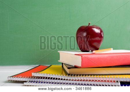Schulbücher und einen Apfel