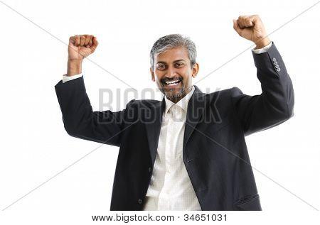 Retrato de emocionado empresario indio asiático celebrando el éxito sobre fondo blanco