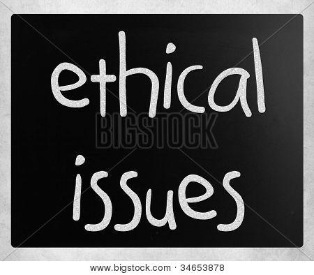 """""""questões éticas"""" manuscrita com branco giz em uma lousa"""