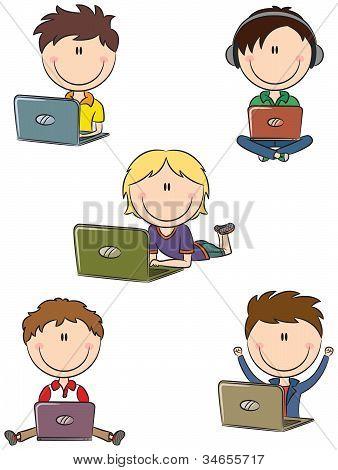 Chicos lindos alegres con los ordenadores portátiles